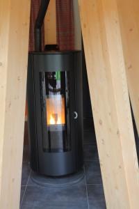 Notre poêle à granulés écologique, chauffage quasi unique de la maison, renforce la sensation de chaleur, de bien-être et la convivialité