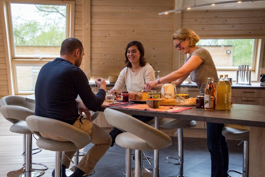 Le petit-déjeuner des chambres d'hôtes Le Domaine du Centaure: un moment de partage et de convivialité - Crédit photo: © Evreux Normandie Tourisme