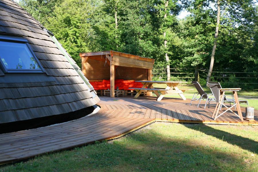 Une terrasse bois, une pergola et un salon d'été pour mieux profiter des belles journées au Domaine du Centaure